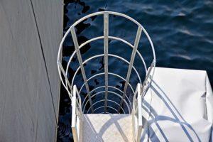 Steigleiter mit Rückenschutz Bild Fotolia